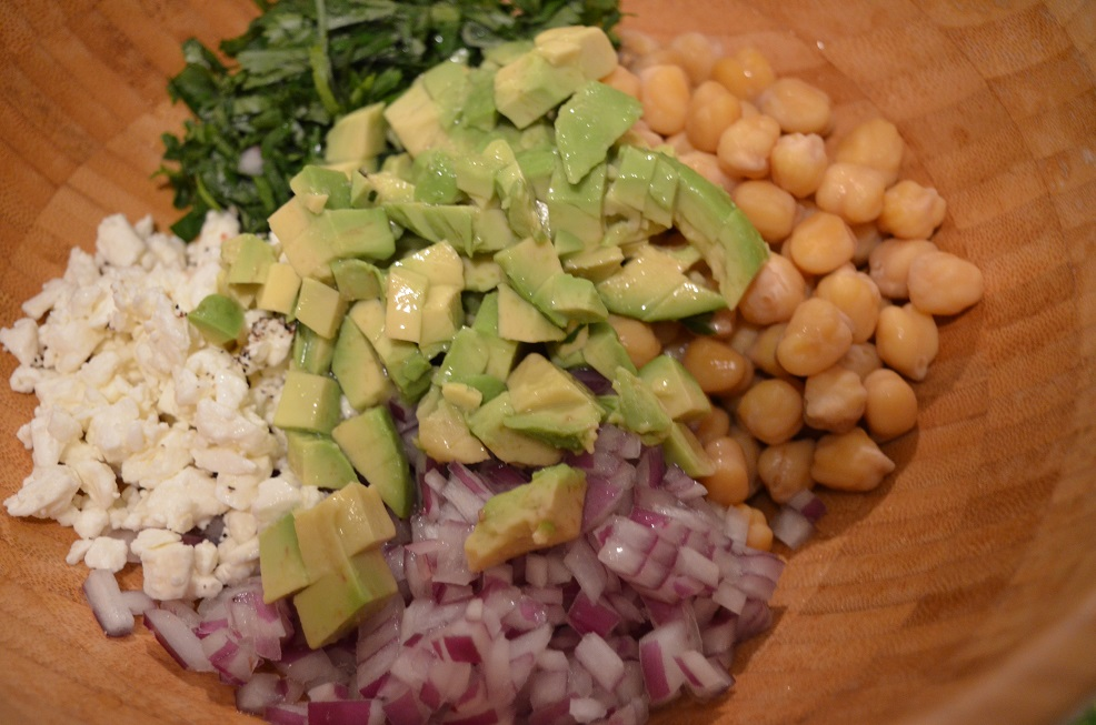 Ingredientes ensalada de garbanzo con aguacate en bowl
